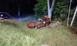 Krok od tragedii w Strzelcach. Auto wypadło z drogi i roztrzaskało się. Zakrwawiony kierowca odnaleziony przez świadka