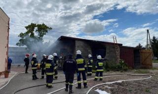 Pożar garażu w Krężelewicach. Na miejscu pięć zastępów strażaków