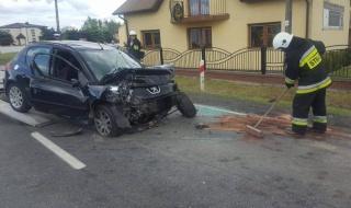 Tragiczny wypadek w Srocku. Peugeot zderzył się z ciężarówkami, pasażerka nie przeżyła
